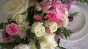 Διακόσμηση από τα τριαντάφυλλα στο γάμο απόθεμα βίντεο