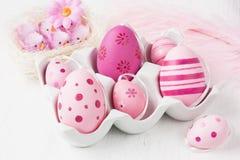 Διακόσμηση αυγών Πάσχας στο ρόδινο χρώμα για το παρόν στοκ φωτογραφία