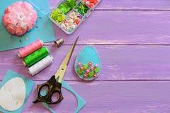 Διακόσμηση αυγών της Νίκαιας Πάσχα με τα πλαστικά λουλούδια και τα φύλλα Αισθητές τέχνες αυγών, πρότυπο εγγράφου, ψαλίδι στο ξύλι Στοκ φωτογραφία με δικαίωμα ελεύθερης χρήσης