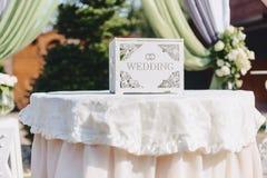 Διακόσμηση γαμήλιας τελετής, καρέκλες, αψίδες, λουλούδια και διάφορο ντεκόρ στοκ εικόνα