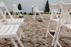 Διακόσμηση γαμήλιας τελετής, καρέκλες, αψίδες, λουλούδια και διάφορο ντεκόρ στοκ εικόνες