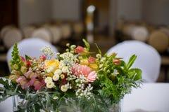 Διακόσμηση γαμήλιων λουλουδιών στο βωμό στοκ φωτογραφία με δικαίωμα ελεύθερης χρήσης