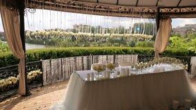 Διακόσμηση γαμήλιων πινάκων με τα φρέσκα άσπρα τριαντάφυλλα φιλμ μικρού μήκους