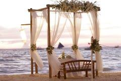 Διακόσμηση γαμήλιων πινάκων στην παραλία Στοκ Φωτογραφία