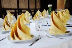 Διακόσμηση γαμήλιων πινάκων σε κίτρινο Στοκ Εικόνες