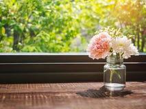 Διακόσμηση γαρίφαλων λουλουδιών στον ξύλινο πίνακα Στοκ εικόνες με δικαίωμα ελεύθερης χρήσης