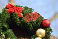 Διακόσμηση για τις διακοπές Χριστουγέννων Διακοσμητική διακόσμηση στην πρόσοψη του σπιτιού στοκ φωτογραφία με δικαίωμα ελεύθερης χρήσης