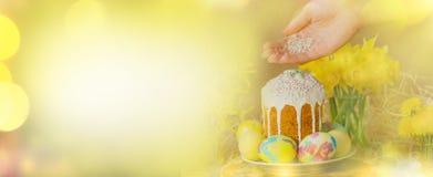 Διακόσμηση διακοπών αυγών Πάσχας Υπόβαθρο Πάσχας με τα αυγά Πάσχας, το κέικ Πάσχας και τα λουλούδια Στοκ Εικόνες