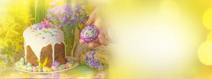 Διακόσμηση διακοπών αυγών Πάσχας Υπόβαθρο Πάσχας με τα αυγά Πάσχας, το κέικ Πάσχας και τα λουλούδια Στοκ Φωτογραφία