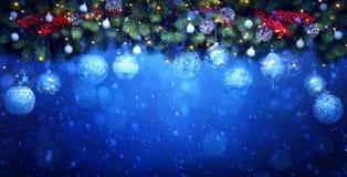 Διακόσμηση διακοπών Χριστουγέννων τέχνης  Κλάδοι και λευκό δέντρων του FIR Στοκ φωτογραφία με δικαίωμα ελεύθερης χρήσης