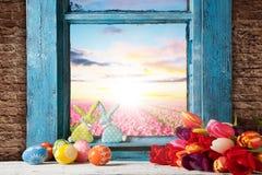 Διακόσμηση ζωής Πάσχας ακόμα με το αγροτικό παράθυρο Στοκ φωτογραφία με δικαίωμα ελεύθερης χρήσης