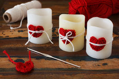 Διακόσμηση ημέρας του βαλεντίνου Αγίου: χειροποίητη κόκκινη καρδιά τσιγγελακιών για Στοκ φωτογραφία με δικαίωμα ελεύθερης χρήσης