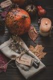 Διακόσμηση ημέρας των ευχαριστιών με τα μαχαιροπήρουνα και πετσέτα στον ξύλινο πίνακα Στοκ Φωτογραφίες