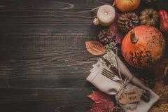 Διακόσμηση ημέρας των ευχαριστιών με τα μαχαιροπήρουνα και την πετσέτα στον ξύλινο πίνακα, τοπ άποψη διάστημα αντιγράφων Στοκ Φωτογραφίες