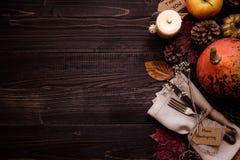 Διακόσμηση ημέρας των ευχαριστιών με τα μαχαιροπήρουνα και την πετσέτα στον ξύλινο πίνακα, τοπ άποψη διάστημα αντιγράφων Στοκ εικόνα με δικαίωμα ελεύθερης χρήσης