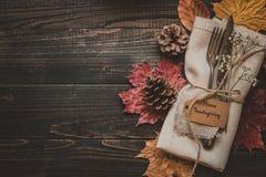 Διακόσμηση ημέρας των ευχαριστιών με τα μαχαιροπήρουνα και την πετσέτα στον ξύλινο πίνακα, τοπ άποψη διάστημα αντιγράφων Στοκ Φωτογραφία