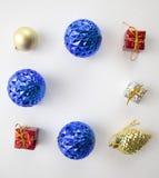Διακόσμηση διακοπών με το παιχνίδι δέντρων έλατου Χριστουγέννων στο άσπρο υπόβαθρο Στοκ φωτογραφίες με δικαίωμα ελεύθερης χρήσης