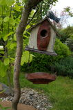 Διακόσμηση κήπων, birdhouse στην ιτιά Στοκ Εικόνα