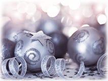 Διακόσμηση και διακόσμηση μπιχλιμπιδιών χριστουγεννιάτικων δέντρων Στοκ Εικόνες