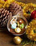 Διακόσμηση και παχνί Χριστουγέννων στον ξύλινο πίνακα Στοκ Εικόνες