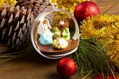 Διακόσμηση και παχνί Χριστουγέννων στον ξύλινο πίνακα Στοκ φωτογραφία με δικαίωμα ελεύθερης χρήσης