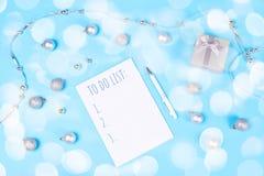 Διακόσμηση και σημειωματάριο διακοπών στο μπλε υπόβαθρο στοκ εικόνες