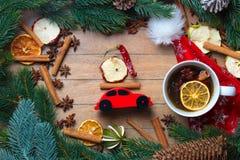 Διακόσμηση και τσάι Χριστουγέννων με το κόκκινο παιχνίδι αυτοκινήτων Στοκ φωτογραφία με δικαίωμα ελεύθερης χρήσης