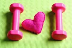 Διακόσμηση καρδιών barbells πλησίον στο χαλί γιόγκας Θηλυκό ύφος workout στοκ φωτογραφία με δικαίωμα ελεύθερης χρήσης
