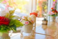 Διακόσμηση καφέδων λουλουδιών στα ξύλινα αντίθετα παράθυρα φραγμών με το φως ήλιων Στοκ εικόνα με δικαίωμα ελεύθερης χρήσης