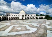 Διακόσμηση κεραμιδιών στο τετράγωνο μπροστά από το άσπρο μουσουλμανικό τέμενος στοκ φωτογραφίες με δικαίωμα ελεύθερης χρήσης
