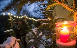 Διακόσμηση κεριών αστραπής στην αγορά Χριστουγέννων στοκ φωτογραφία