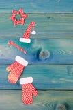 Διακόσμηση κιβωτίων χριστουγεννιάτικου δώρου πέρα από το μπλε ξύλινο υπόβαθρο, επάνω από την άποψη Στοκ φωτογραφία με δικαίωμα ελεύθερης χρήσης