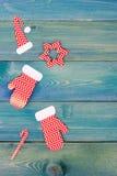 Διακόσμηση κιβωτίων χριστουγεννιάτικου δώρου πέρα από το μπλε ξύλινο υπόβαθρο, επάνω από την άποψη Στοκ φωτογραφίες με δικαίωμα ελεύθερης χρήσης