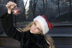 διακόσμηση κοριτσιών Χριστουγέννων στοκ φωτογραφία με δικαίωμα ελεύθερης χρήσης
