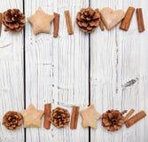 Διακόσμηση κώνων πεύκων Χριστουγέννων στο λευκό ξύλινο πίνακα Στοκ εικόνα με δικαίωμα ελεύθερης χρήσης