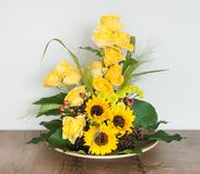 Διακόσμηση λουλουδιών στον πίνακα στοκ εικόνα