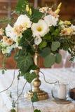 Διακόσμηση λουλουδιών της γαμήλιας τελετής Λευκό και μίγμα ροδάκινων των λουλουδιών στο χρυσό βάζο Αγροτικό ύφος Στοκ Φωτογραφία