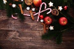 Διακόσμηση με τα μπισκότα Χριστουγέννων Χαρακτηριστικά αστέρια κανέλας με το φ στοκ εικόνες