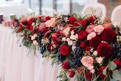 Διακόσμηση λουλουδιών για τον πίνακα weddind των newlyweds Στοκ Εικόνες