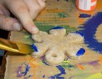 Διακόσμηση λουλουδιών ζωγραφικής παιδιών Στοκ φωτογραφία με δικαίωμα ελεύθερης χρήσης