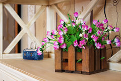 Διακόσμηση λουλουδιών στο βάζο στον πίνακα Στοκ Εικόνες