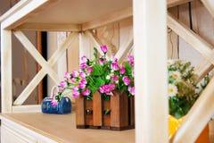 Διακόσμηση λουλουδιών στο βάζο στον πίνακα Στοκ Φωτογραφία