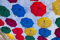 Διακόσμηση οδών, μέρη των ζωηρόχρωμων ομπρελών στον αέρα Στοκ Φωτογραφίες