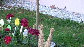 Διακόσμηση Πάσχας για τον κήπο και το κατώφλι Πάσχα ευτυχές απόθεμα βίντεο