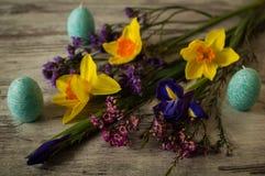 Διακόσμηση Πάσχας Κεριά υπό μορφή αυγών Πάσχας σε ένα ξύλινο υπόβαθρο whigt Στοκ Φωτογραφίες