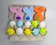 Διακόσμηση Πάσχας - λαγουδάκια Πάσχας σε ένα κιβώτιο των αυγών Στοκ Εικόνα