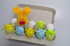 Διακόσμηση Πάσχας - λαγουδάκια Πάσχας σε ένα κιβώτιο των αυγών Στοκ εικόνα με δικαίωμα ελεύθερης χρήσης