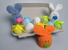 Διακόσμηση Πάσχας - λαγουδάκια Πάσχας σε ένα κιβώτιο των αυγών Στοκ εικόνες με δικαίωμα ελεύθερης χρήσης