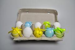 Διακόσμηση Πάσχας - λαγουδάκια Πάσχας σε ένα κιβώτιο των αυγών Στοκ φωτογραφία με δικαίωμα ελεύθερης χρήσης