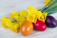 Διακόσμηση Πάσχας με τα ζωηρόχρωμα αυγά Πάσχας με τα daffodils Στοκ φωτογραφίες με δικαίωμα ελεύθερης χρήσης